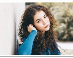 Какво да НЕ правим ако имаме къдрава коса и какво може да ни помогне в грижата за нея
